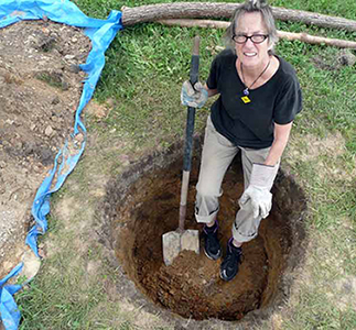 3.Cecelia-digging-the-hole_ATHICA_adj